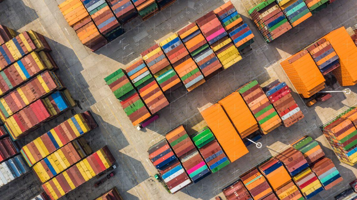containers-in-port-เทรดเลนส์